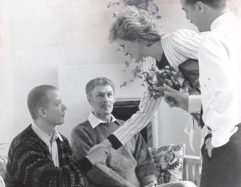 Với mục đích nâng cao nhận thức đúng đắn của mọi người về virus HIV – một căn bệnh lây nhiễm mới và đặc biệt nguy hiểm, Công nương đã bắt tay thân ái với một bệnh nhân bị nhiễm HIV vào ngày 19 tháng 4 năm 1987