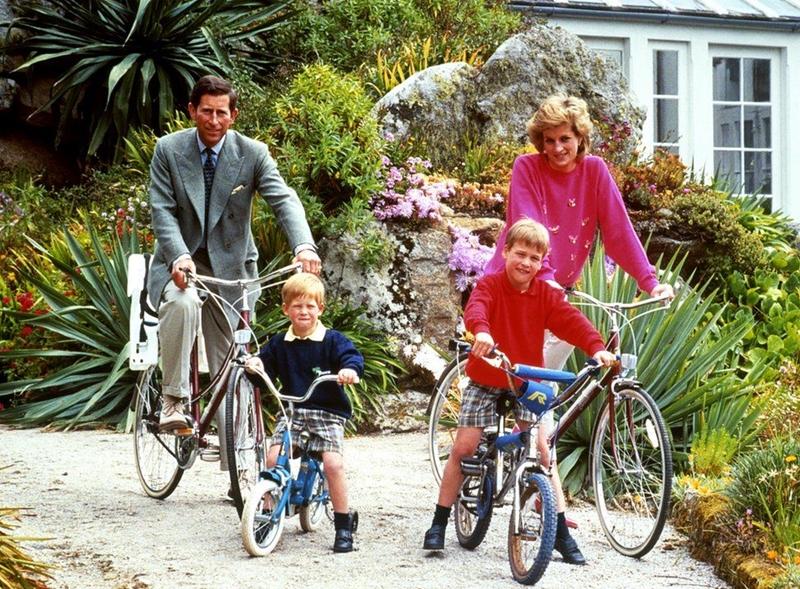 Thái tử Charles, Công nương Diana và các con trai của họ, Hoàng tử William (phải) và Harry đạp xe ở đảo Tresco thuộc quần đảo Scilly trong chuyến nghỉ mát trên hòn đảo tây nam nước Anh, ngày 1/6/1989
