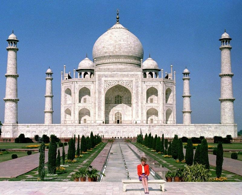 Bức ảnh công nương Diana với dáng vẻ buồn bã, cô đơn bên ngoài công trình biểu tượng của tình yêu vĩnh cửu như càng khiến nhiều người tiếc cho mối quan hệ đổ vỡ của bà với hoàng tử Charles. Chuyến thăm của bà tới đất nước Ấn Độ diễn ra ba ngày trước lễ Valentine vào năm 1992. Kate và hoàng tử William đã chụp bức ảnh trên chiếc ghế đá trước cung điện Taj Mahal