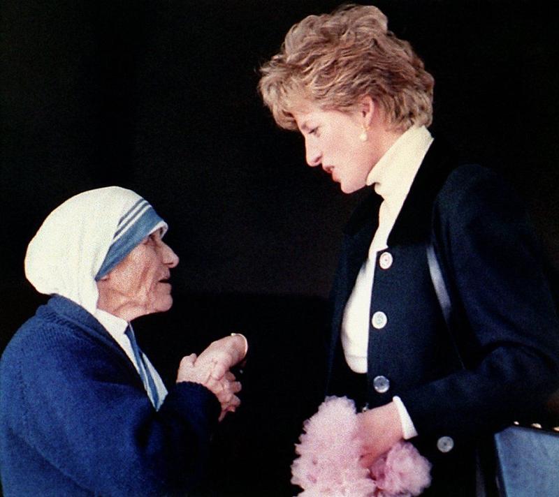 """Cuộc gặp giữa công nương Diana và Mẹ Teresa, hai nhà hoạt động vì quyền con người nổi tiếng thế giới, vào ngày 18/6/1997. Mẹ Teresa lúc nào cũng nói: """"Diana là con gái tôi"""". Hai phụ nữ này qua đời cách nhau chưa đầy một tuần lễ. Mặc dù mỗi người ra đi trong một tình huống khác nhau: công nương Diana tử vong sau một tai nạn xe hơi ở thủ đô Paris, nước Pháp vào ngày 31 tháng Bảy năm 1997 đang tuổi 36; mẹ Têrêsa từ giã cõi thế vào ngày 05 tháng Tám cùng năm do bệnh tim, hưởng thọ 87 tuổi"""