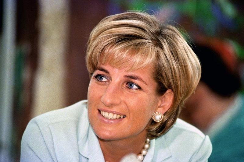 Ngày 31 tháng 8 năm 1997, sau khi ăn ở Ritz Paris với Dodi Al Fayed, con trai của nhà kinh doanh triệu phú Mohamed Al Fayed, cả hai rời khỏi nhà hàng bằng xe limousine. Họ đã bị theo dõi bởi các nhiếp ảnh gia trên những chiếc xe máy, những người muốn chụp nhanh hơn người bạn mới của công chúa. Cuộc đuổi bắt dẫn đến bi kịch trong đường hầm