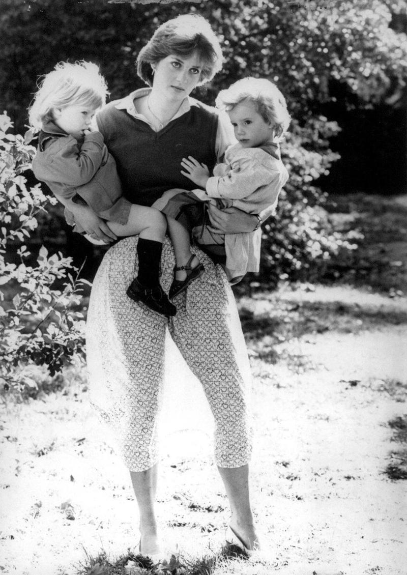 Diana không phải là một học sinh xuất sắc: Sau hai lần thi trượt, Diana đã rời khỏi trường West Heath năm 16 tuổi. Cha của công nương muốn bà hoàn thành chương trình học tại Thụy Sĩ nhưng bà đã khăng khăng muốn trở về nhà.Sau khi kết thúc việc học tập tại Thụy Sĩ, bà đã từng làm những công việc bán thời gian như công nhân vệ sinh hay bảo mẫu cho tới khi tìm được công việc chính thức tại trường Young England.