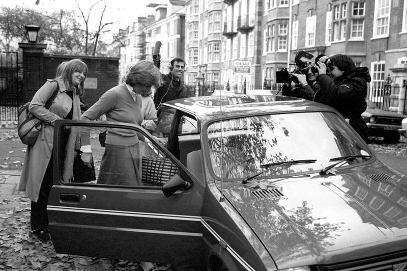 Diana có dịp làm quen với Thái tử Charles vào tháng 11/1977 tại một cuộc đi săn do gia đình Spencer tổ chức. Phải tới ba năm sau lần gặp gỡ đầu tiên, Diana với Charles bắt đầu quan hệ yêu đương vào mùa thu năm 1980