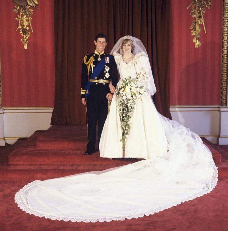 Chiếc váy cưới của công nương xứ Wales dài 40m, làm từ lụa và được trang trí 10.000 viên ngọc trai, là chiếc váy cưới dài nhất trong lịch sử Hoàng gia Anh.