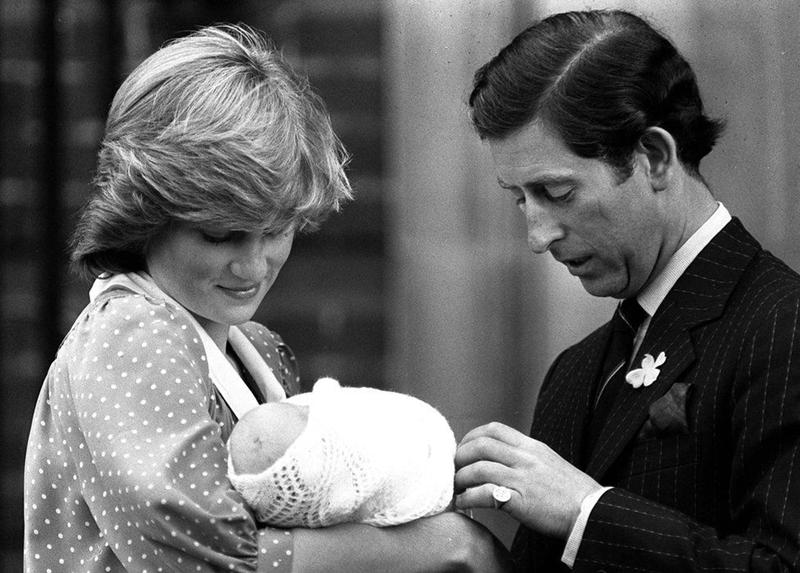 """Thái tử Charles và Công nương Diana lần đầu tiên """"khoe"""" Hoàng tử William trước báo giới ngày 22/6/1982. Diana nói về việc sinh William: """"Tôi cảm giác cả đất"""