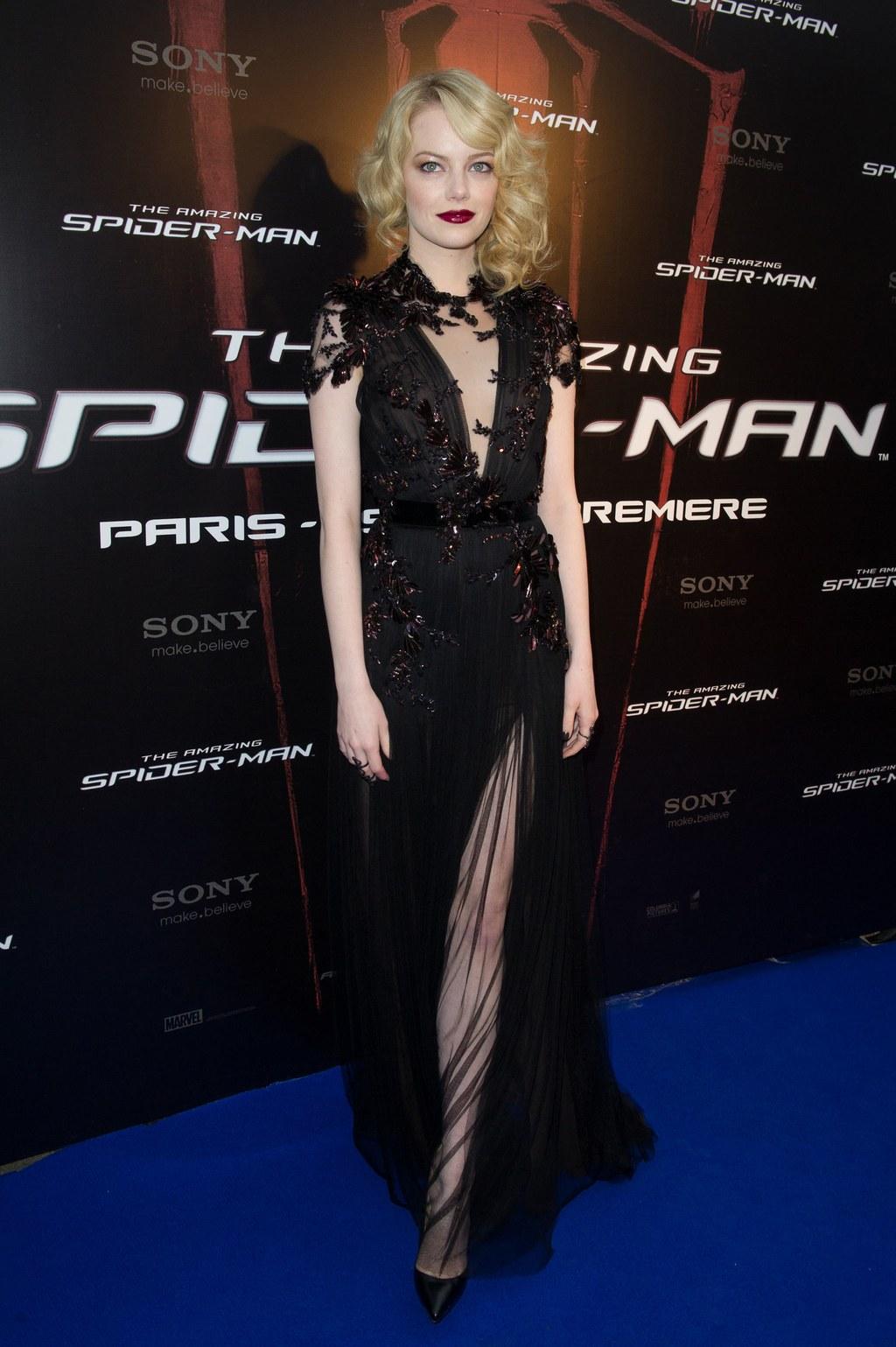 Cô đào gợi cảm quay lại với mái tóc vàng cho vai diễn trong bom tấn The Amazing Spiderman. Thiết kế Gucci tôn lên vẻ đẹp ma mị của cô một cách hoàn hảo.