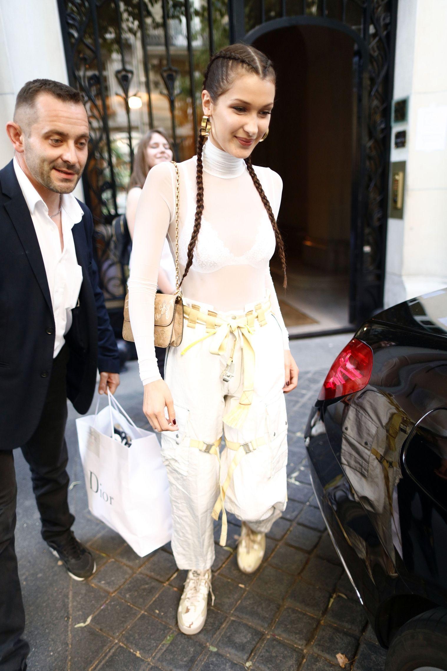 Nổi tiếng với những kết hợp hoàn hảo giữa thời trang cao cấp và bình dân, Bella Hadid làm mới set đồ Dior với kiểu tóc tết bắt mắt và đôi sneaker Nike cùng tông màu.