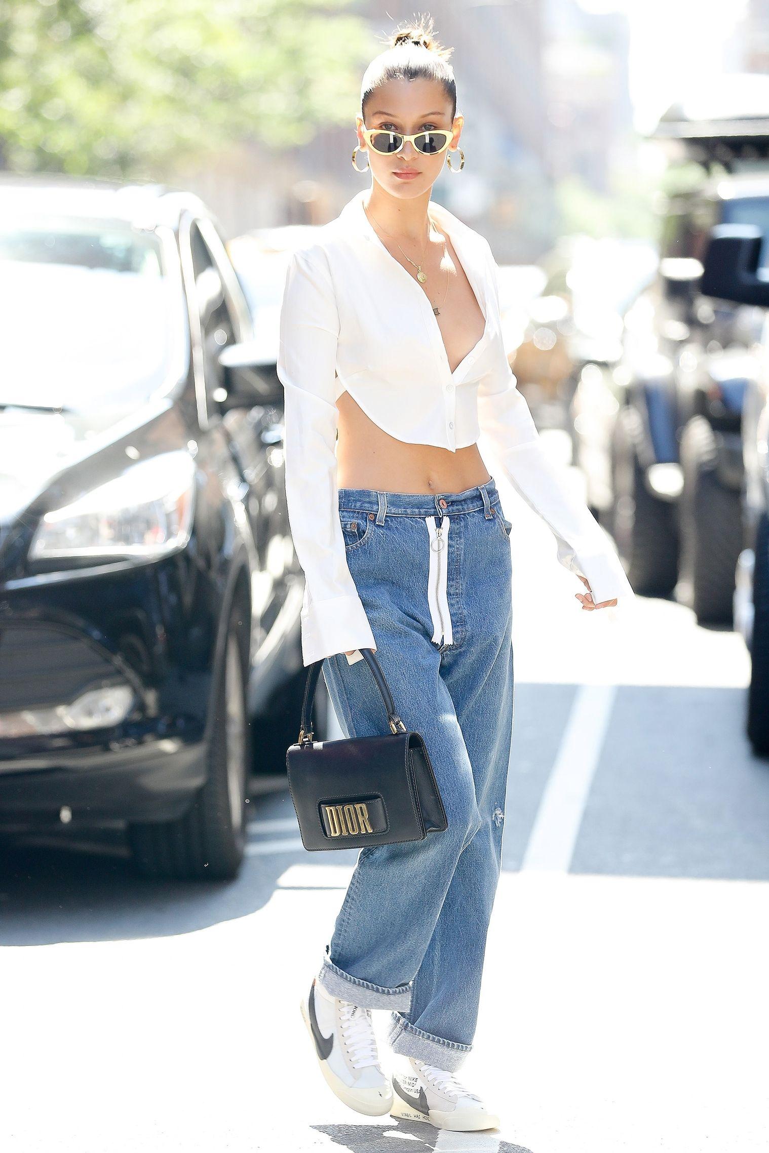 Những chiếc áo trắng là lựa chọn hoàn hảo cho mùa hè. Thử nghiệm với phom dáng mới lạ, kết hợp cùng chiếc túi Dior thời thượng và sang trọng, Bella Hadid thu hút mọi ánh nhìn khi xuất hiện trên đường phố New York.
