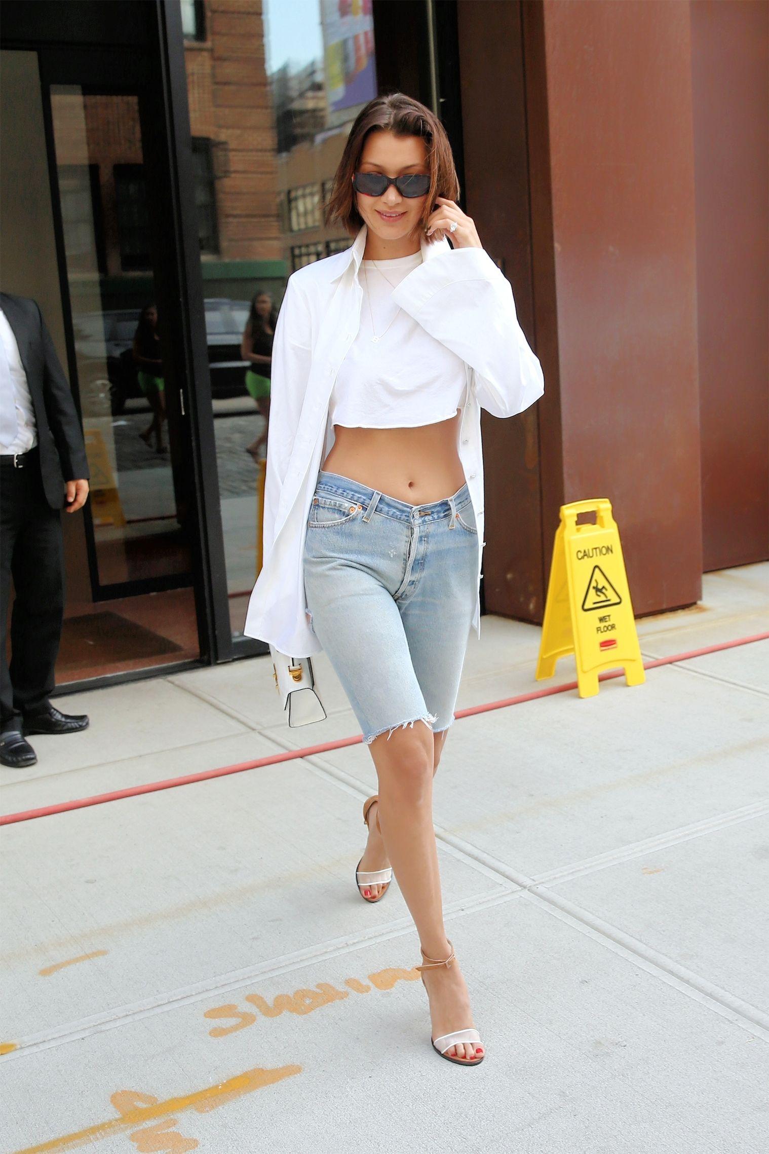 Quần jean lửng là một trong những thiết kế khá kén người mặc, nhưng với thân hình bốc lửa của mình, Bella Hadid chẳng cần lo ngại gì về việc đó.