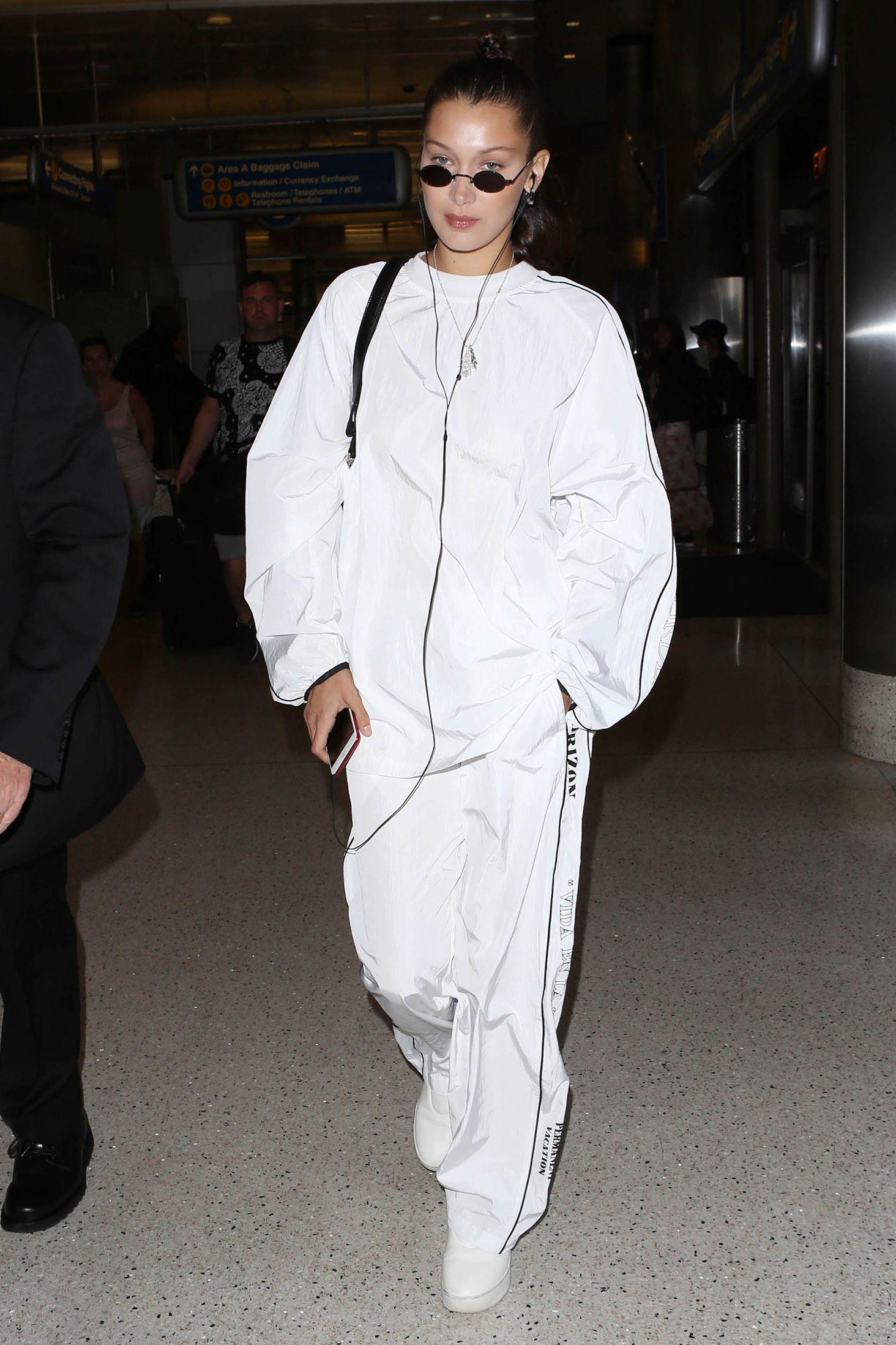 Dù có phong cách vô cùng gợi cảm, nhưng khi đến sân bay, sự thoải mái vẫn là ưu tiên hàng đầu. Thiên thần Victoria's Secret vẫn xinh đẹp và gợi cảm trong bộ đồ nỉ quá khổ từ Nike.