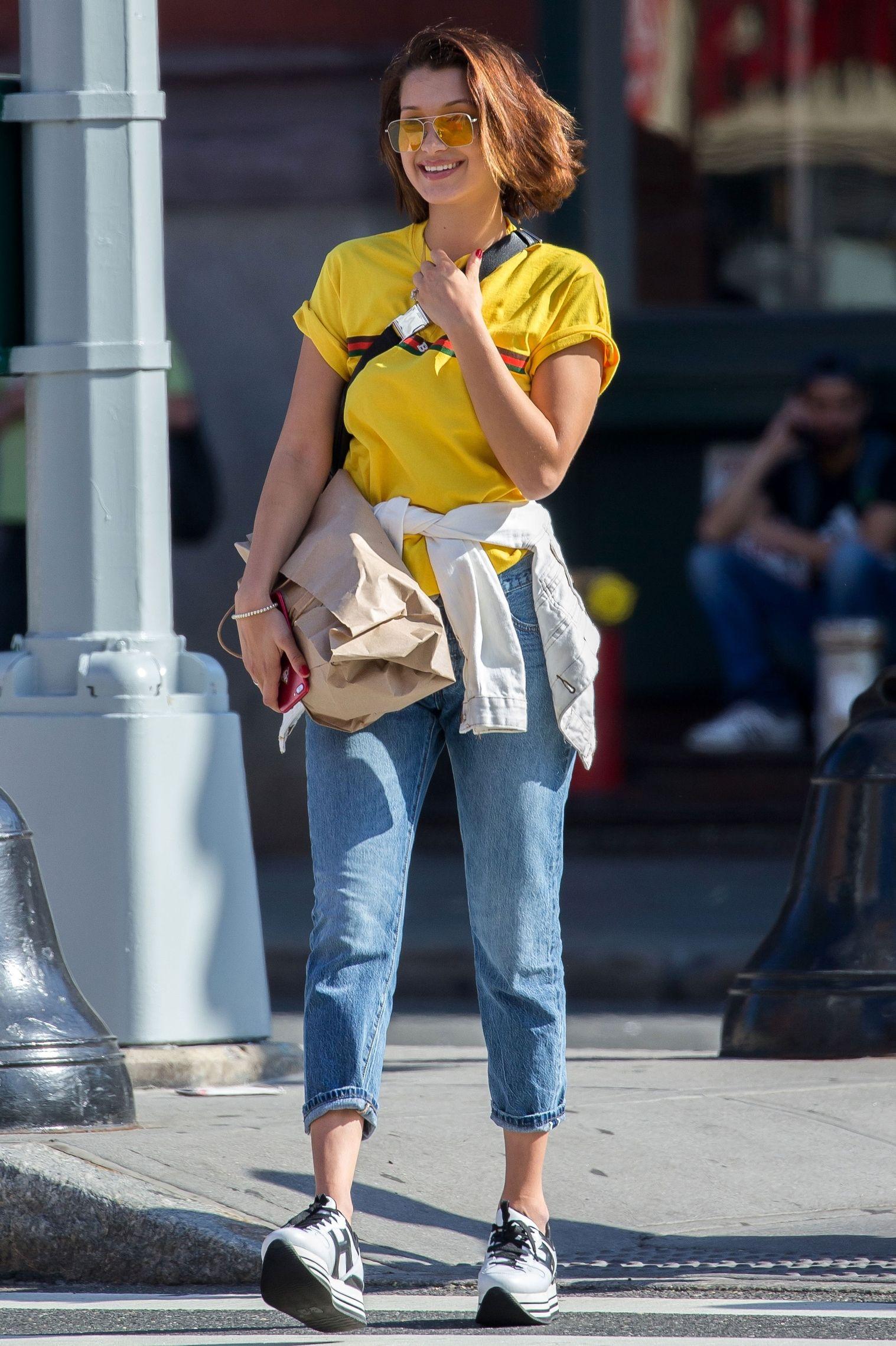 Diện mẫu áo thun in logo thời thượng của Gucci, kết hợp với chiếc kính râm tròng màu hợp mốt - set đồ mùa hè của cô em gái nhà Hadid mang hơi thở hoài cổ nhưng vẫn không kém phần hiện đại.