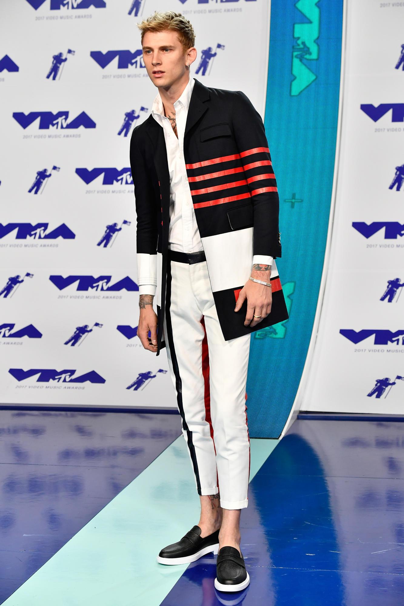 Rapper Machine Gun Kelly mặc trang phục của Thom Browne.