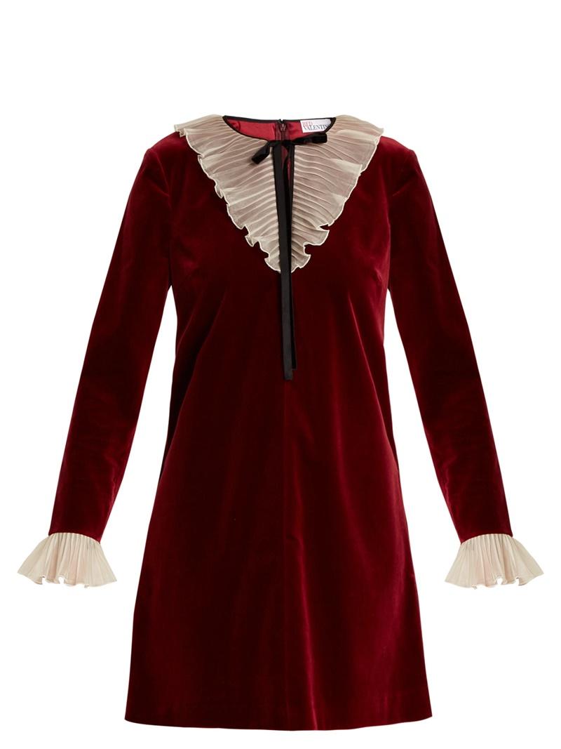 Phong cách nữ tính cổ điển đặc trưng của Red Valentino hiện lên rõ rệt trong mẫu đầm nhung được phối ren tinh tế này.