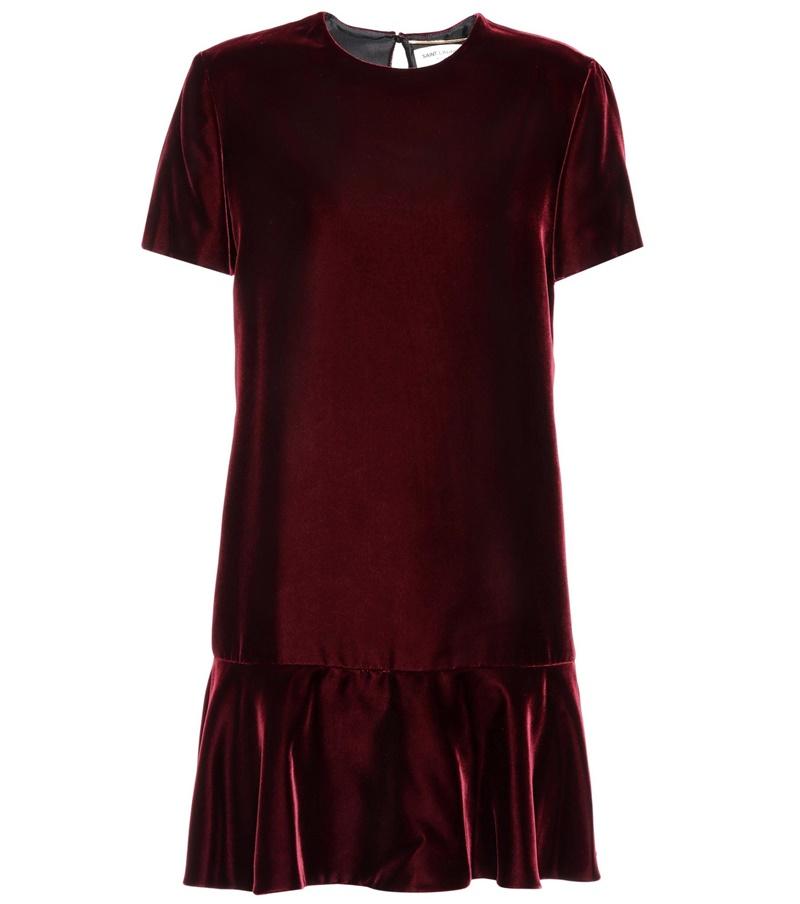 Thiết kế đầm nhung màu đỏ rượu của Saint Laurent có thể phù hợp với phong cách nữ tính cổ điển hoặc nổi loạn với áo khoác biker da và giày đính đinh tán.