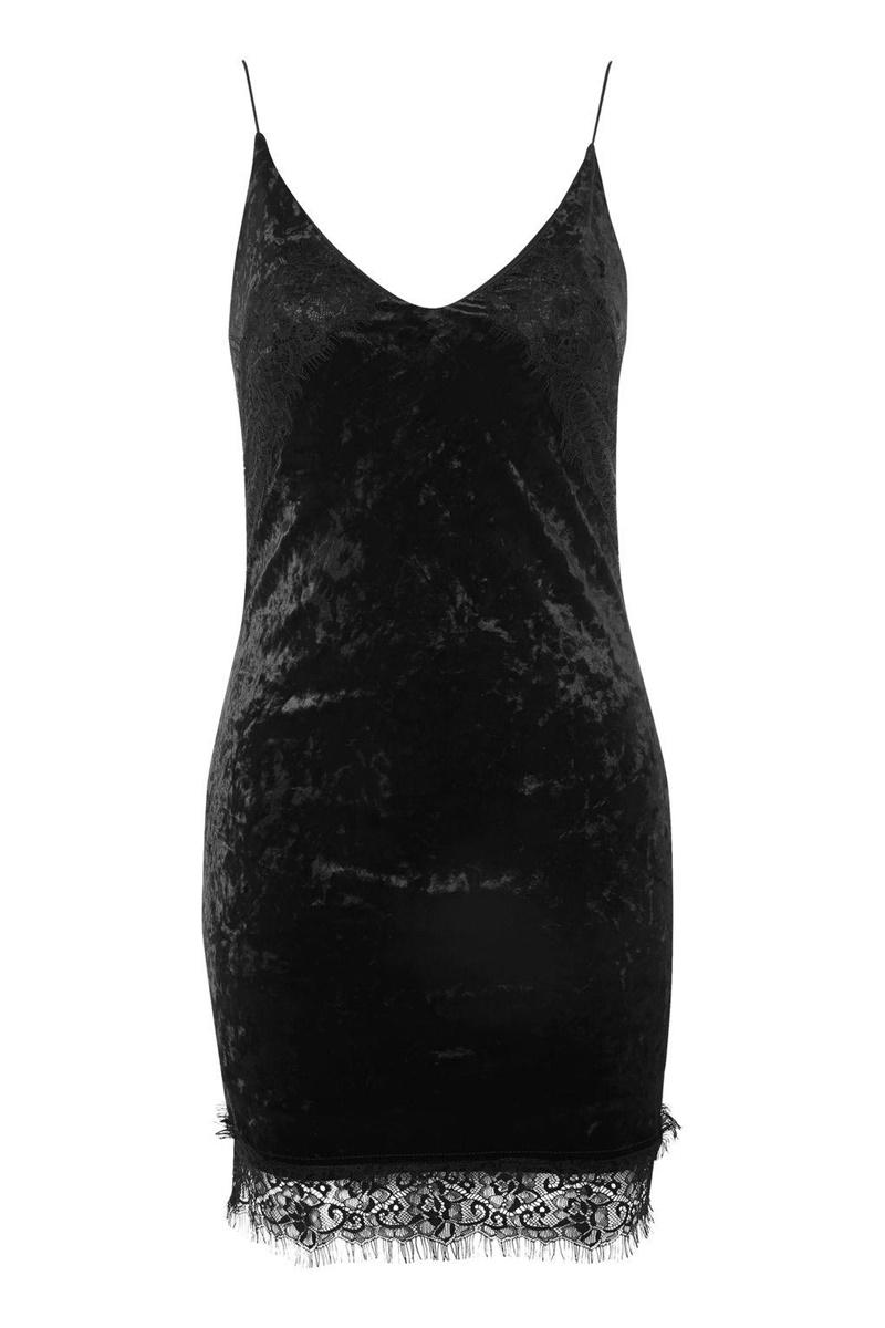 Đầm nhung hai dây viền ren của Topshop tôn dáng tuyệt đối, có thể mặc cùng áo khoác và phối cùng sandals cao gót mảnh mai, gợi cảm.