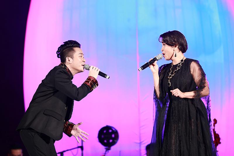 """Màn kết hợp với Mỹ Linh được coi là một trong những tiết mục dịu dàng nhất đêm nhạc. Cả hai song ca một ca khúc của nhạc sĩ Anh Quân - """"Trở về tuổi thơ""""."""