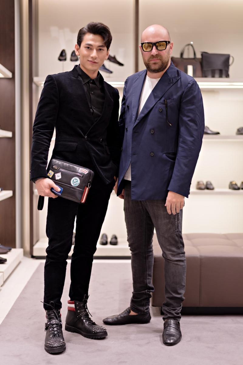 Isaac lựa chọn giày và túi xách của Bally cho trang phục của mình