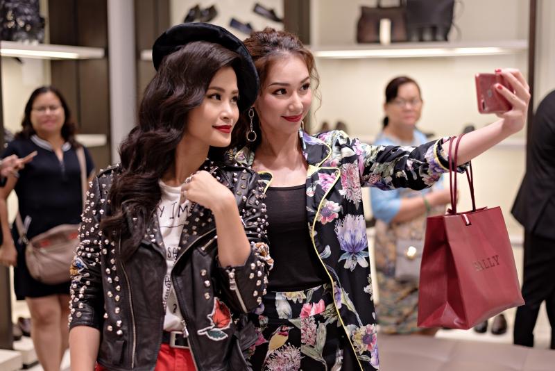 Quỳnh Chi (phải) và Đông Nhi chụp hình selfie tại sự kiện