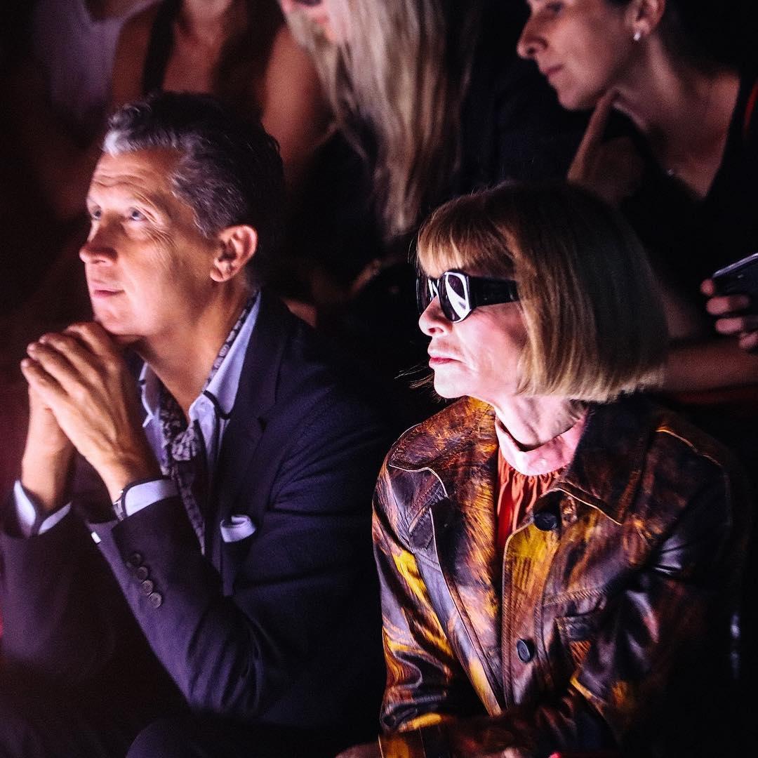 Trên hàng ghế đầu còn có sự hiện diện của Tổng biên tập Vogue Mỹ Anna Wintour (phải) và nhiếp ảnh gia nổi tiếng Mario Testino