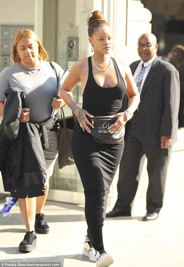 Rihanna xuống phố ở New York trong một thiết kế đầm thun dài cùng điểm nhấn là chiếc túi đeo hông của Gucci trong BST hợp tác cùng nghệ sĩ Coco Capitán.