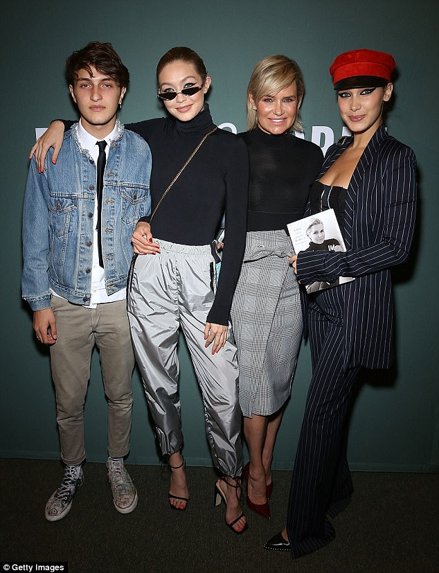 44428fd800000578-4882698-family_support_yolanda_hadid_s_children_gigi_bella_and_anwar_wer-m-9_1505373021671