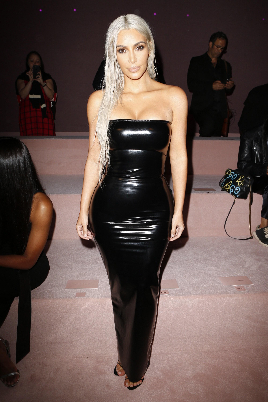 Kim Kardashian West gây chú ý với mái tóc nhuộm bạch kim cùng bộ đầm quây bó sát màu đen bóng.