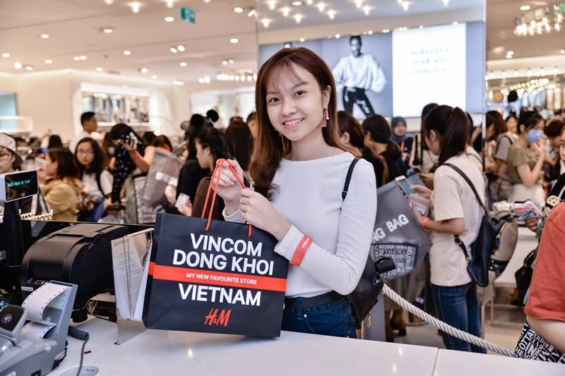 H&M cũng gây bất ngờ và hứng thú đến khách xếp hàng với 03 thẻ quà tặng 'khủng' với giá trị tương ứng lần lượt 6 triệu đồng, 4 triệu đồng và 2 triệu đồng dành cho 03 vị khách may mắn nhất.