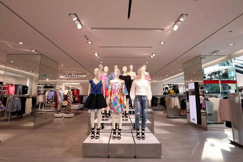 Các sản phẩm ở H&M giá dao động từ khoảng 100 ngàn đồng đến hơn 1 triệu đồng