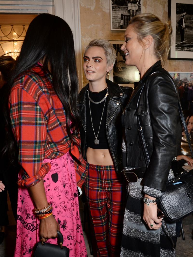 Thế hệ đàn chị (Naomi Campbell và Kate Moss) cùng thế hệ đàn em (Cara Delevingne - giữa)