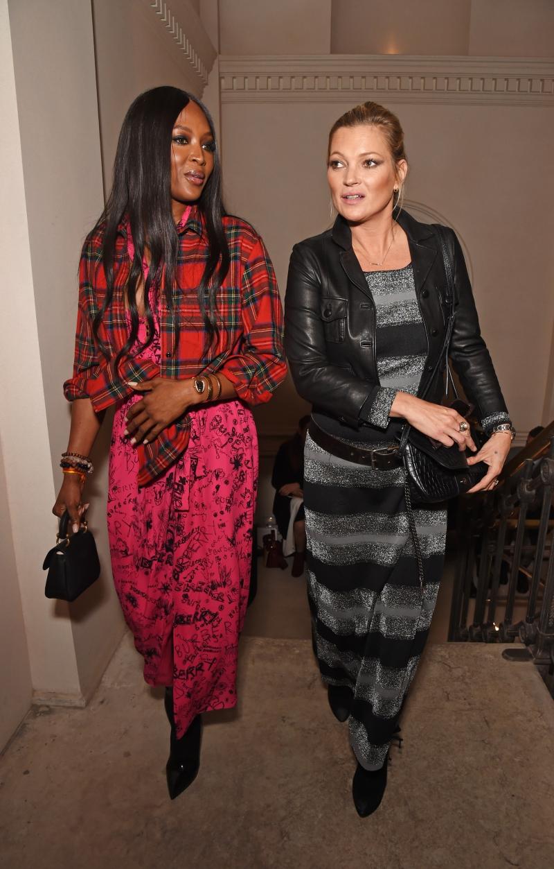 Naomi Campbell (trái) và Kate Moss sánh đôi đi vào sảnh trước giờ show diễn bắt đầu.