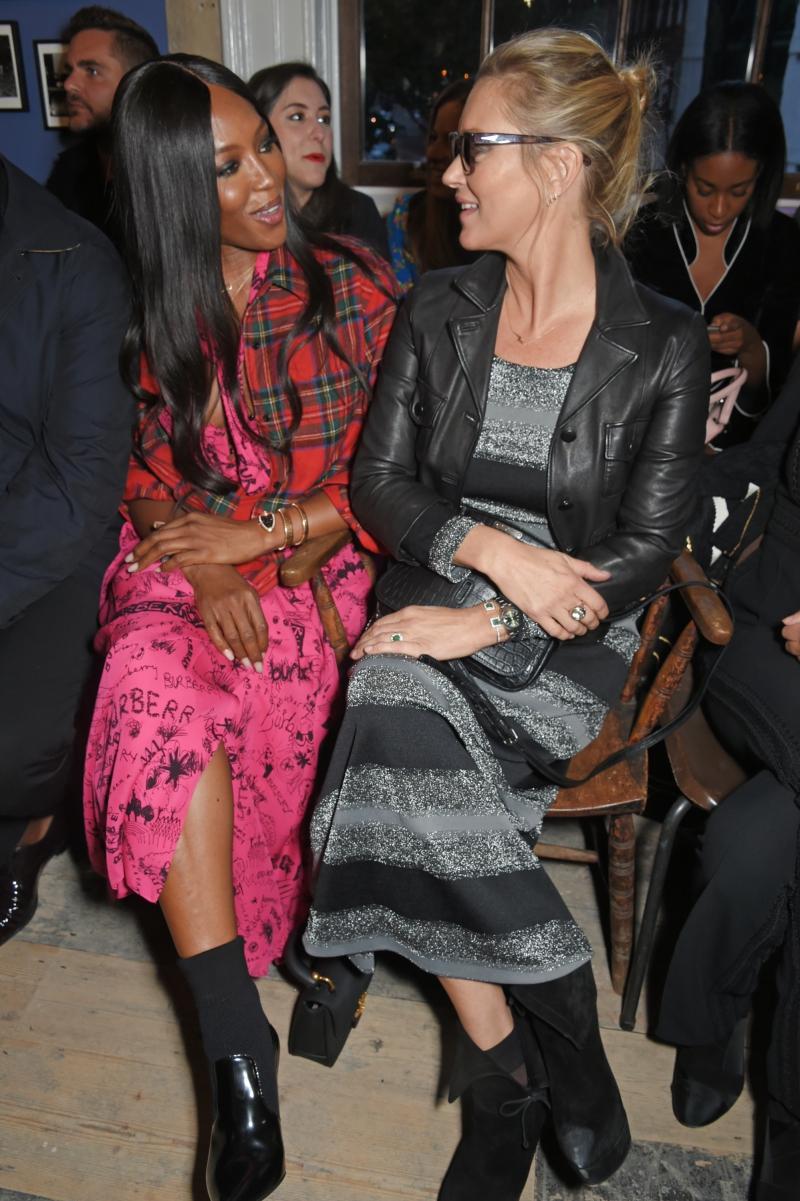 Cả hai siêu mẫu ngồi cạnh nhau trên hàng ghế đầu.