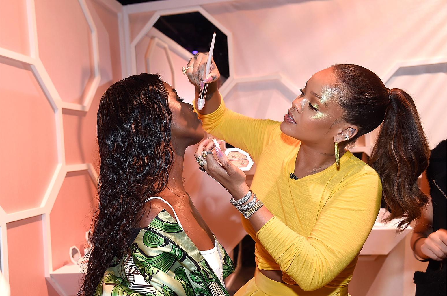Cô cũng trổ tài make up ngay trong đêm ra mắt Fenty Beauty.