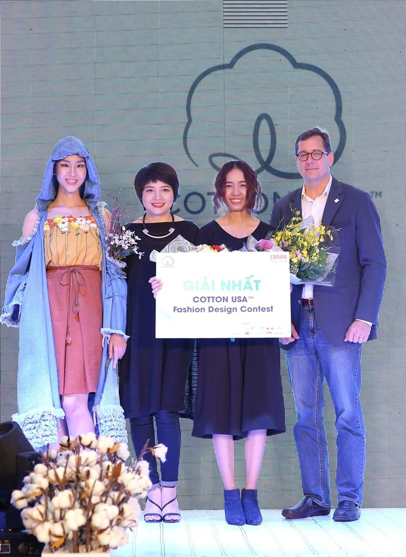 Với chủ đề hoa cỏ, thí sinh Mai Cẩm Tú đã tạo nên bộ sưu tập mang phong cách từ chất liệu Cotton mang tên Mộc Hương