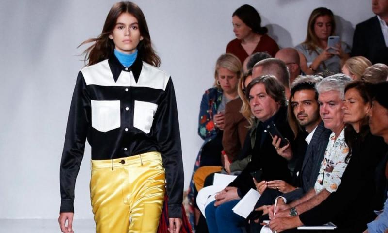 Show diễn đầu tiên của Kaia Gerber là show ra mắt BST Xuân Hè 2018 của Calvin Klein với các thiết kế của NTK Raf Simons.