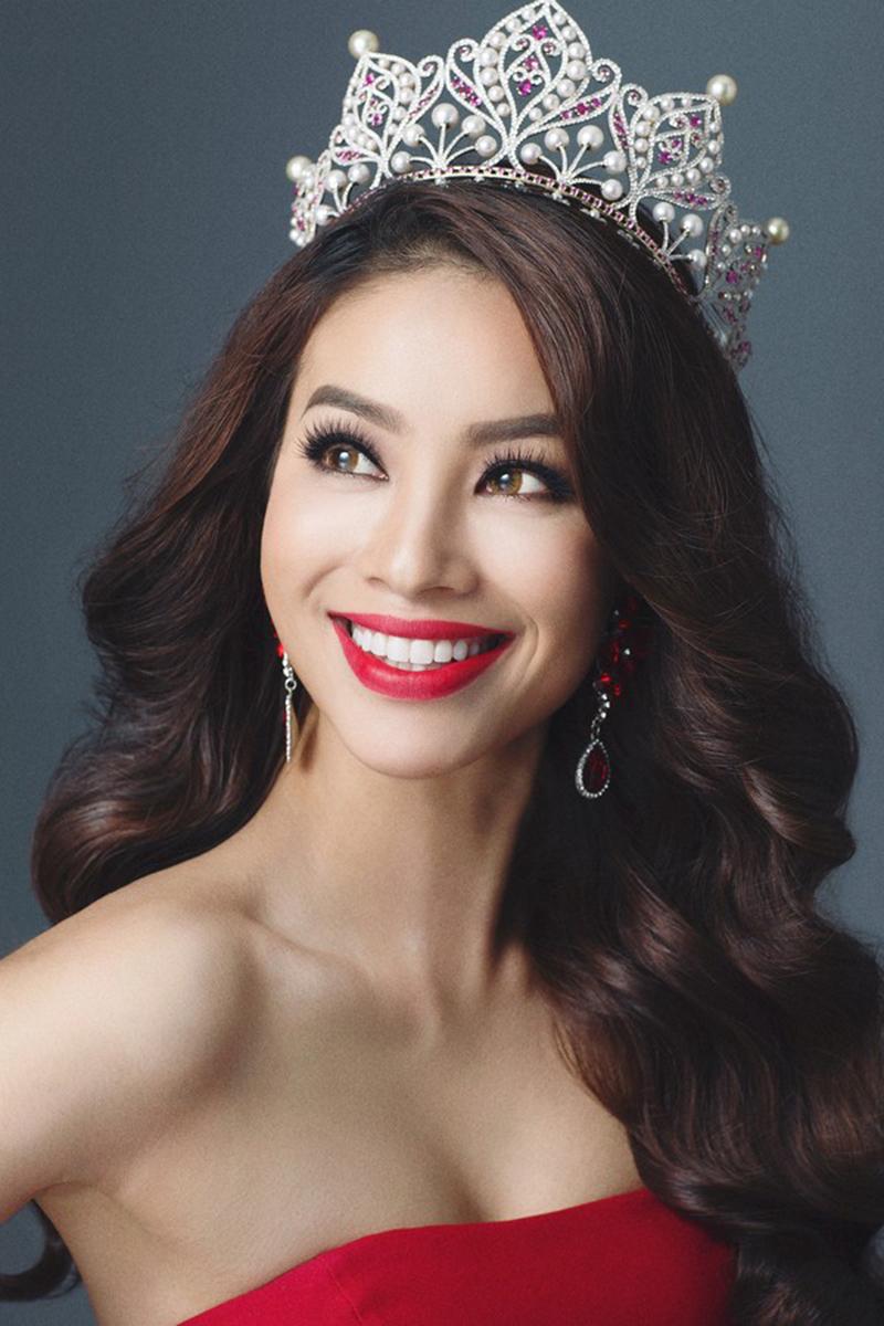 Phạm Hương đăng quang Hoa hậu Hoàn vũ Việt Nam ở tuổi 24.