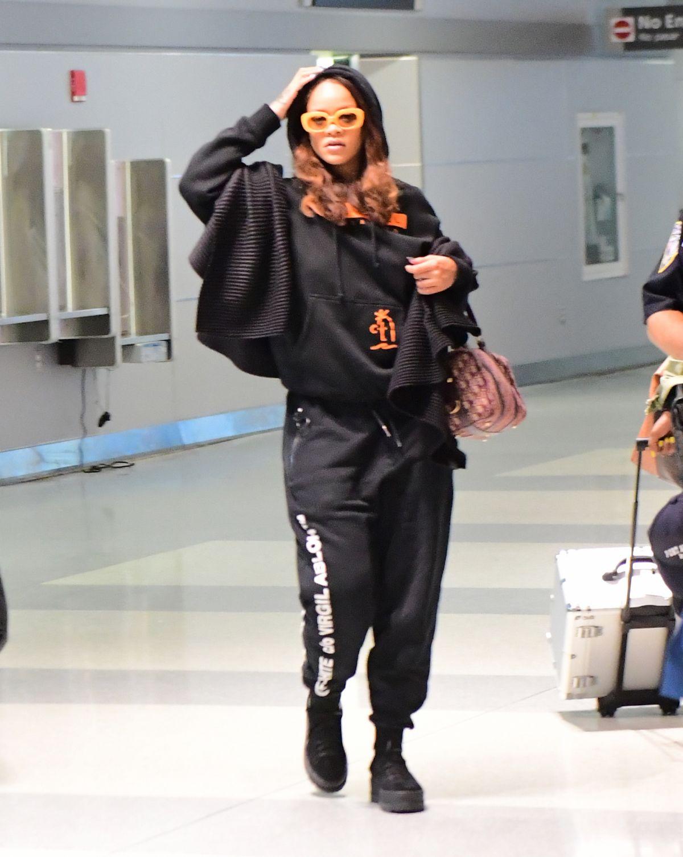 Đây là hình ảnh Rihanna ở sân bay JFK (New York) với bộ trang phục thể thao thoải mái cùng túi xách Dior.