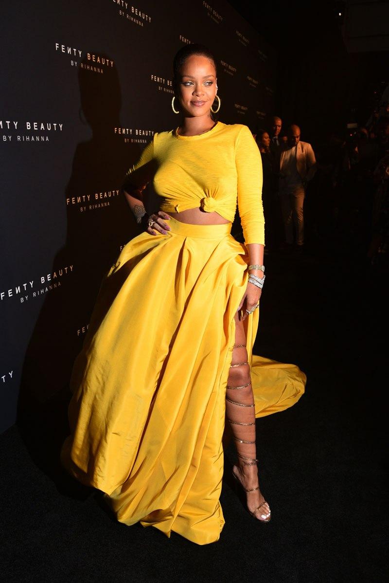 """Trông đêm ra mắt Fenty Beauty, Rihanna mặc thiết kế """"hàng thửa"""" của Oscar de la Renta với tông màu vàng rạng rỡ tựa như mặt trời."""