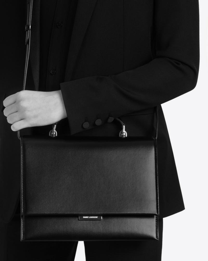 Túi xách Babylone cỡ vừa có kích thước khá thoải mái để mang theo những món đồ cần thiết suốt ngày dài.
