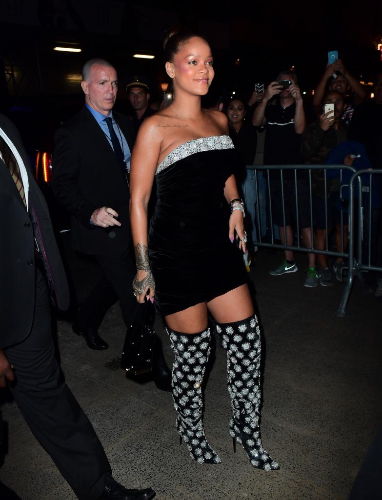 Trong ngày ra mắt bộ sản phẩm Fenty Beauty ở Sephora, Rihanna mặc đầm quây nhung phối cùng boots satin đính hạt lấp lánh.