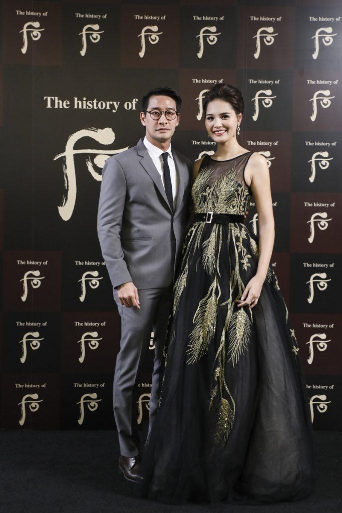 Hoa hậu Hương Giang, đại diện từ Việt Nam rạng rỡ như một Vương hậu thời hiện đại, bên cạnh cô là nam diễn viên nổi tiếng Thái Lan Pong Nawat