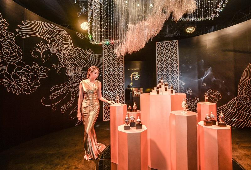 Hoa hậu Thế giới Trương Tử Lâm bên khu vực trưng bày những món mỹ phẩm dưỡng nhan tinh xảo