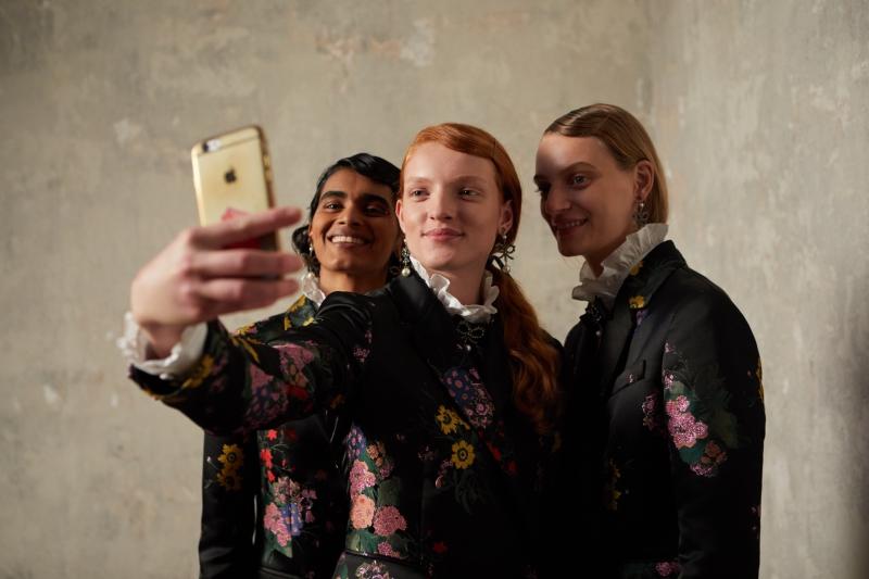Người mẫu selfie trong quá trình chụp lookbook cho BST ERDEM x H&M