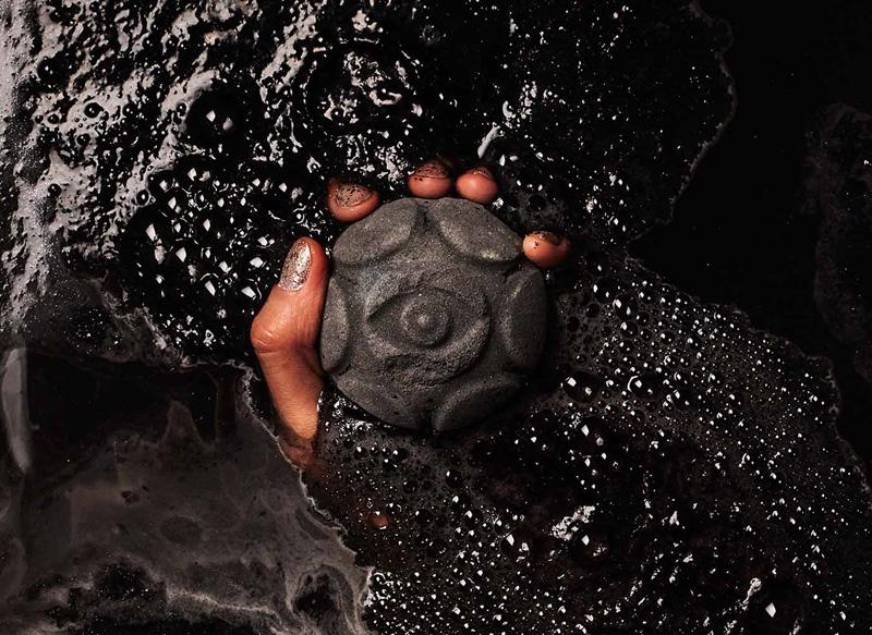 Lush Secret Arts Jelly Bomb (8.95USD, khoảng 200.000VND): Trái bom tắm mang sắc màu đen huyền bí này khi tan trong làn nước ấm sẽ tỏa ra mùi quế và hương cam thơm ngát.
