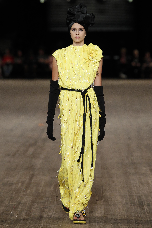 Không còn xa lạ với Marc Jacobs khi đã từng xuất hiện trong một chiến dịch quảng cáo của nhà mốt này; nàng mẫu trông thật trưởng thành với thiết kế dạ hội sang trọng.
