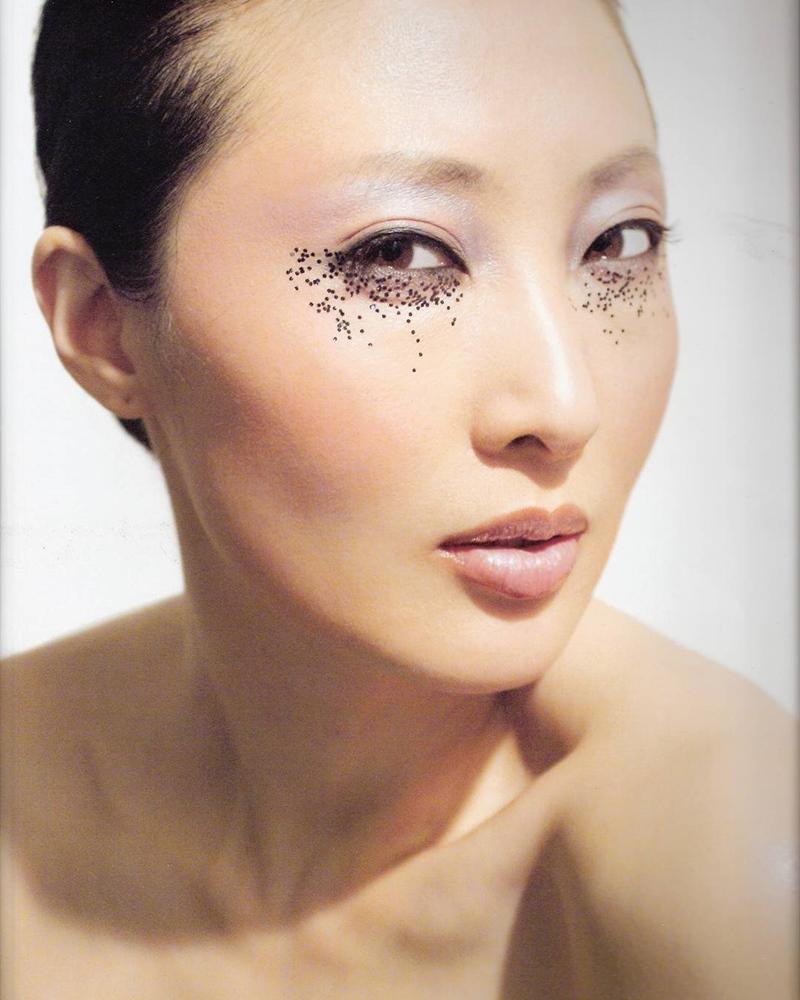 Chỉ cần sử dụng những hạt nhũ tối màu đính phiá dưới mắt, bạn đã hoàn thành kiểu trang điểm lấy cảm hứng từ thiên nga đen này.