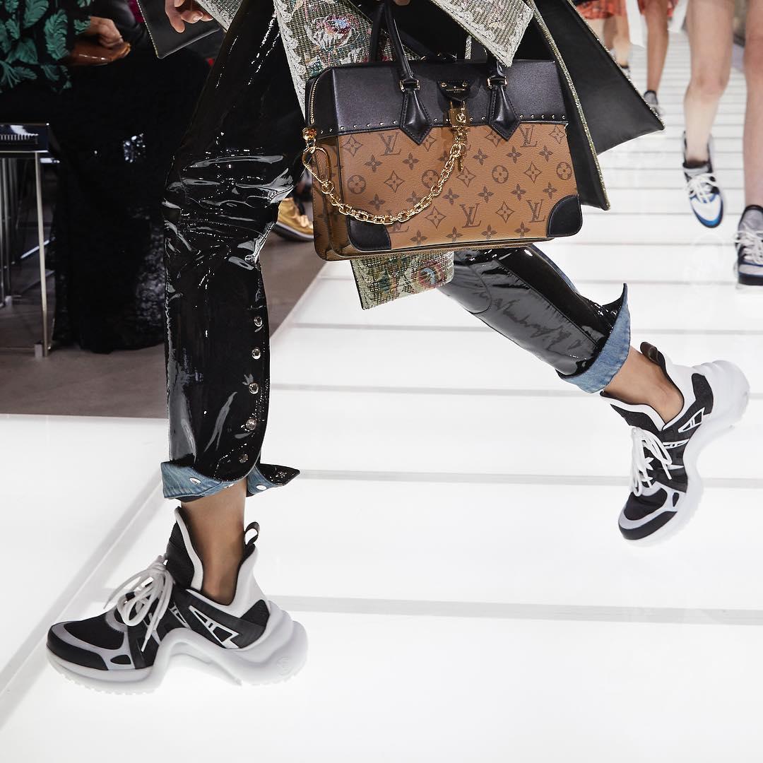 Thiết kế sneakers mang tinh thần viễn tưởng tạo nên sức hút đặc biệt khi kết hợp cùng những thiết kế mang cảm hứng hoàng gia Pháp thế kỉ 18 trong bộ sưu tập Louis Vuitton Xuân Hè 2018.