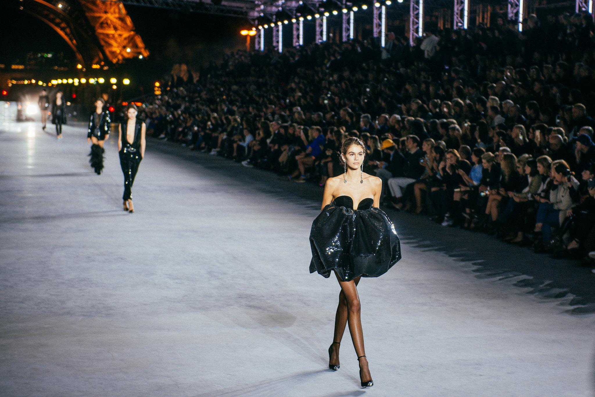 Cô tự tin trình diễn đến 2 thiết kế trong bộ sưu tập được đánh giá rất cao từ giám đốc sáng tạo Anthony Vacarello.