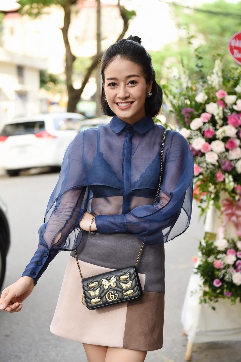 MC Phí Linh đến dự sự kiện trong vai trò một MC. Cô khoe khéo thân hình mảnh mai với áo voan kính mỏng tang.