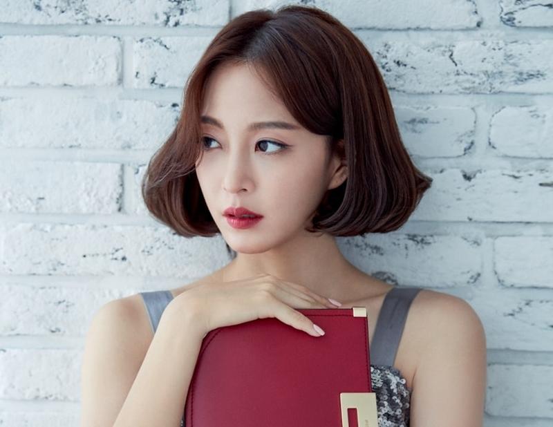 """Với mái tóc uốn cong bồng bềnh, mỹ nhân của """"Birth of a Beauty"""" Han Ye Seul vẫn toát lên mình vẻ đẹp sang trọng không kém khi cô để tóc dài."""