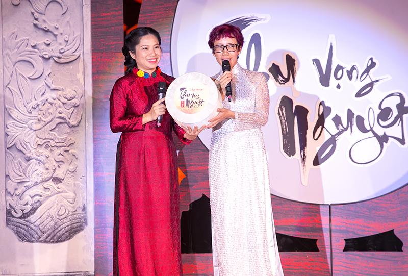 Chị Hạnh Phạm, nhà tổ chức chương trình Thu Vọng Nguyệt đã dành tặng toàn bộ tiền bán vé cho Quỹ Thiện Nhân - do nhà báo Trần Mai Anh khởi dựng.